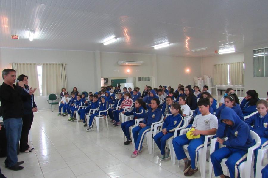 Mascotes da Cersul entregam material educativo durante lançamento do Projeto de Eficiência em Meleiro